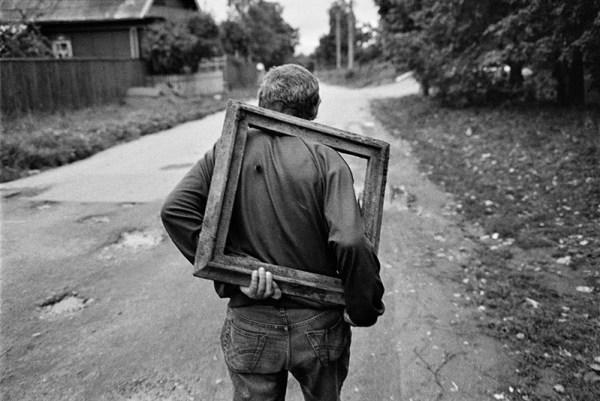 EMIL GATAULLIN immagini senza tempo bianco e nero uomo cornice