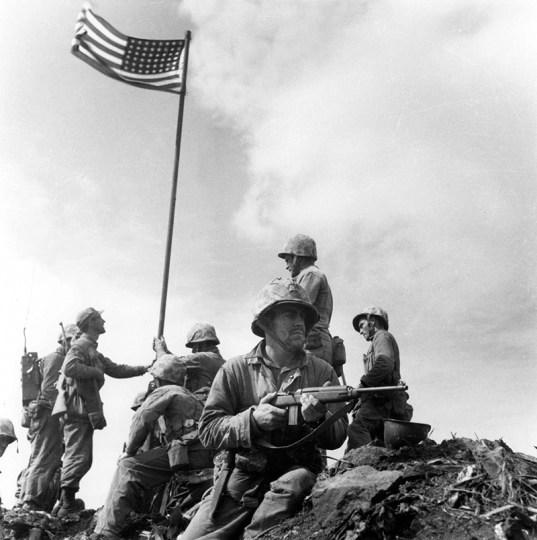Lou Lowery Alzando la bandiera a Iwo Jima fotografia battaglia