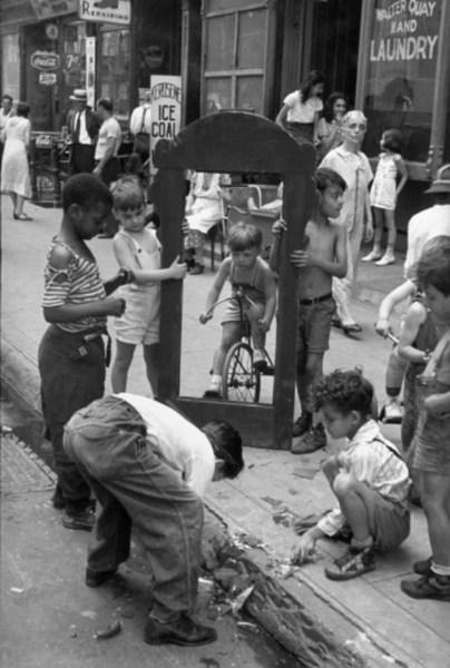 specchio rotto immagine di Helen Lewitt bambini new york fotografia
