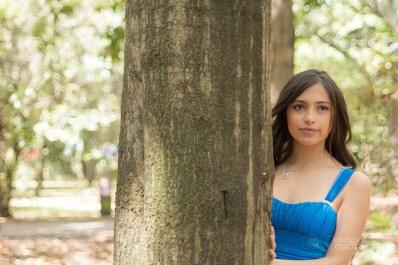 fotografias-de-quince-años-sesion-pre-quince-años-jardin-botanico-vestido-azul-arbol