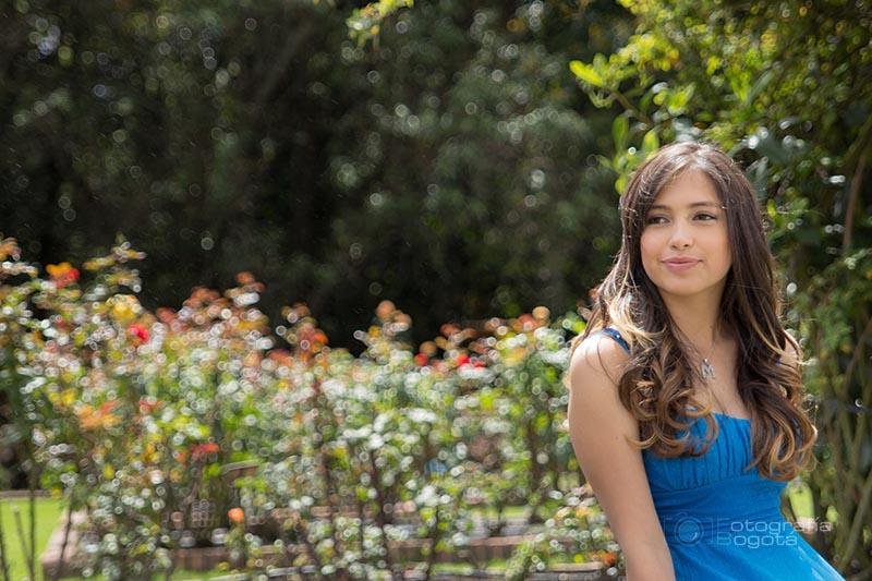 fotografias-de-quince-años-sesion-pre-quince-años-jardin-botanico-vestido-azul-sonriendo