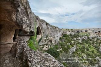 Grotte destinate al ricovero degli animali vicino all'insediamento rupestre dell'Ofra