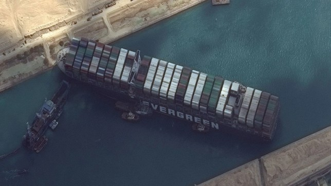 Liberan el timón y las hélices del carguero Ever Given, encallado en el Canal de Suez