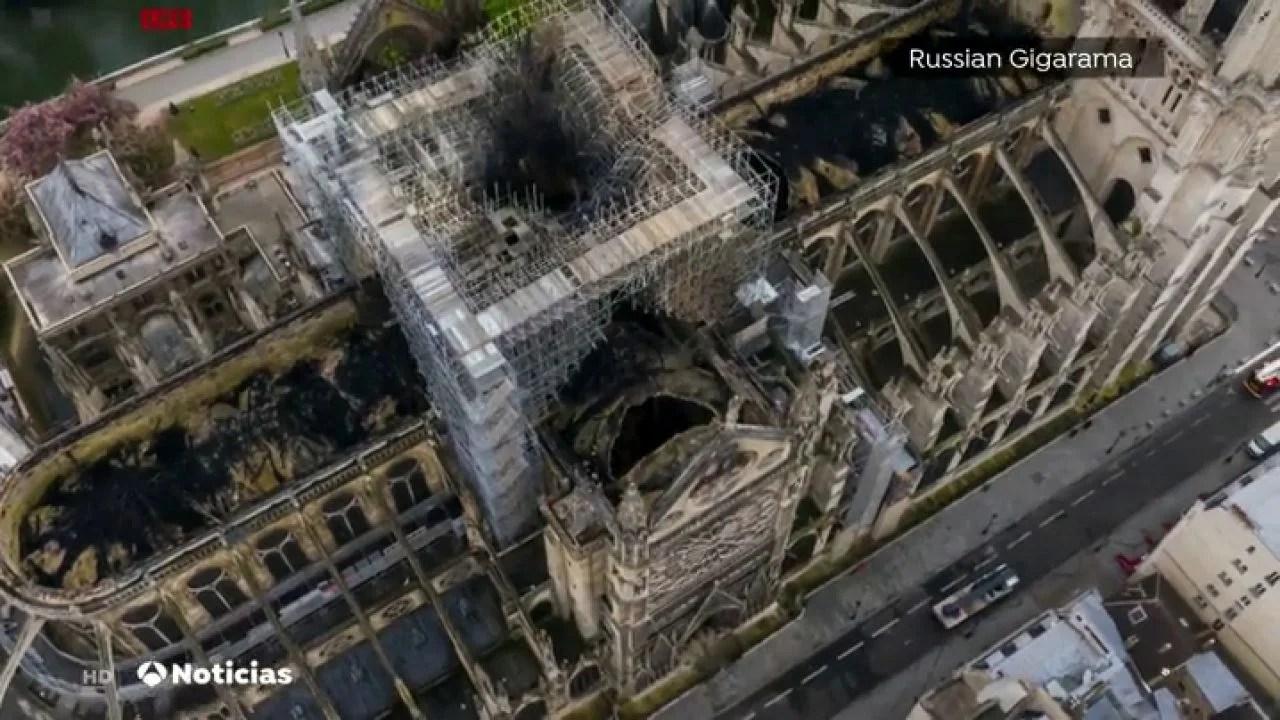 Vista desde el cielo de la Catedral de Notre Dame quemada  ANTENA 3 TV  NOTICIAS