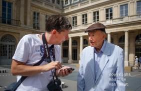 Parijs, cursist in gesprek met een te fotograferen man.