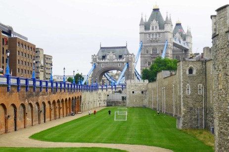 Blick über den Tower-Graben zur Tower Bridge