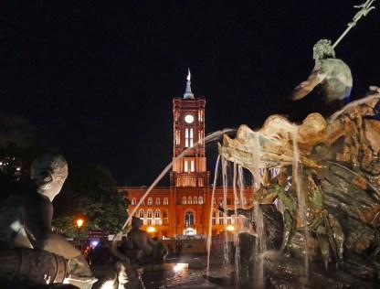 Neptunbrunnen mit Blick auf das Rote Rathaus