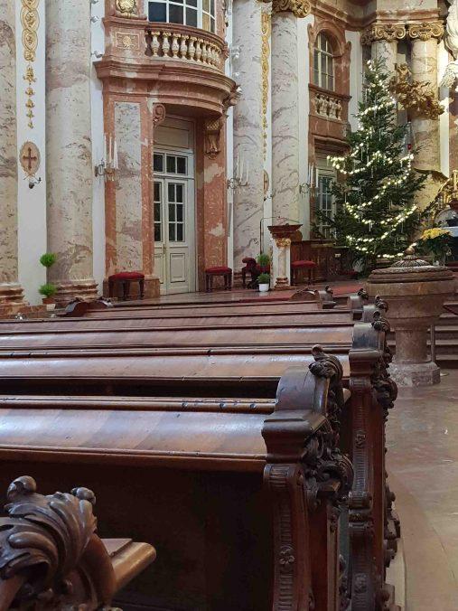 Kirchenbänke der Karlskirche
