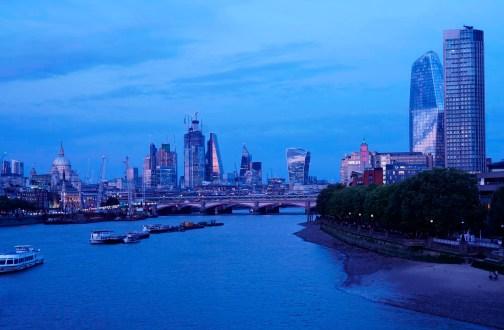 Skyline Londons mit St. Paul's, blaue Stunde