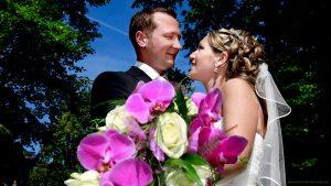 Hochzeitsfotograf München - Schönes Brautpaar mit Brautschtraus aus Orchideen