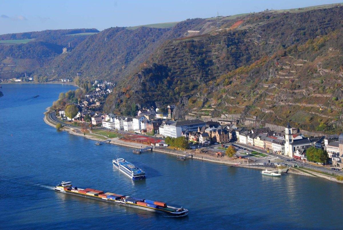 Der tiefblaue Rhein