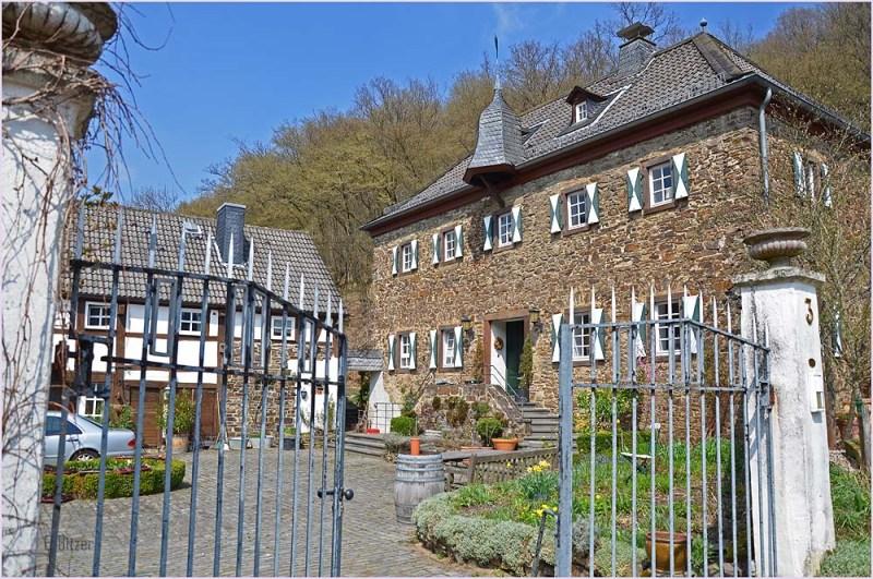 Burg vono Burgsahr (1364) Seit 1979 im Besitz einer Familie Schmidt, die das Gebäude wieder zu einem Schmuckstück gemacht haben.
