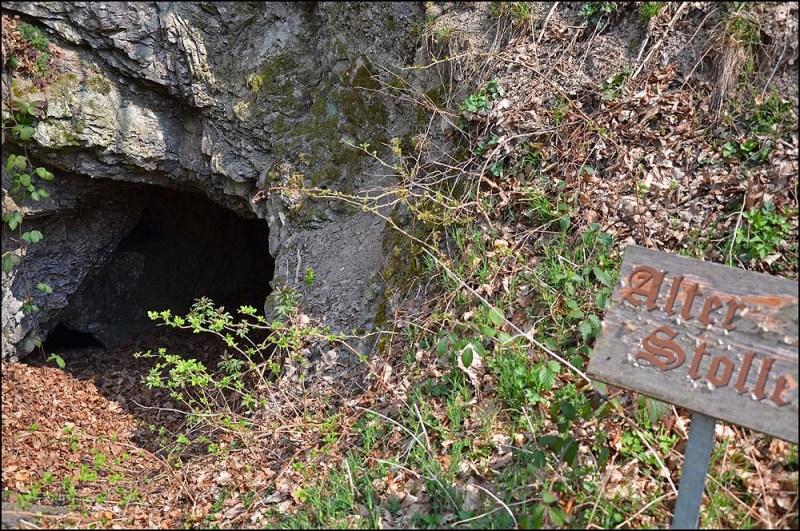 """Der """"Alte Stollen"""" in Binzenbach direkt am Sahrbachweg geht ca. 30m tief in den Berg und kann auf eigene Gefahr betreten werden."""