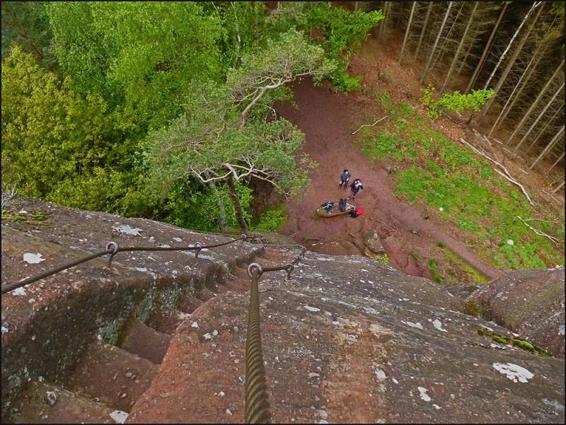 Auf halber Höhe vom Felsen