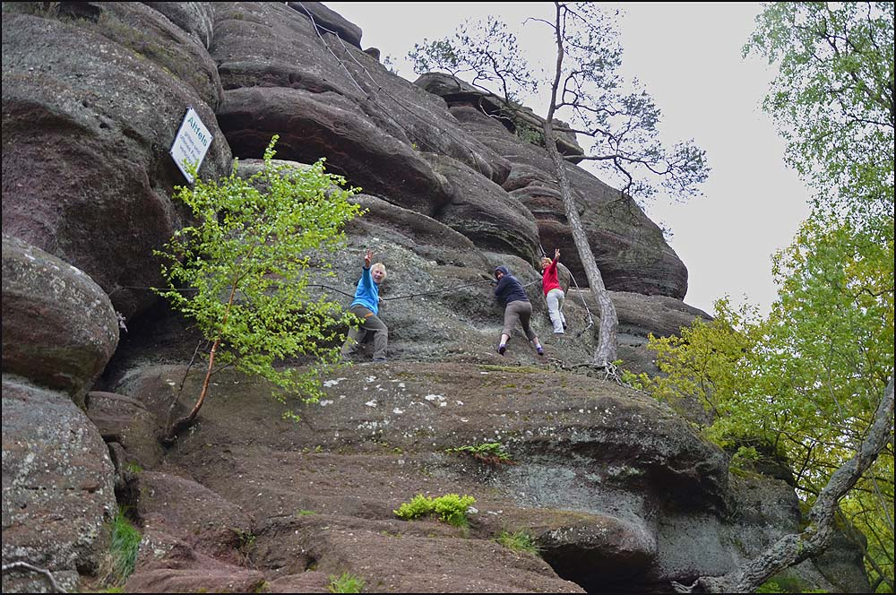 Unter den Kommandos von Tanja, die eifrig mit der Kamera knipselt, klettern wir in der von ihr gewünschten Anordnung wieder hinunter
