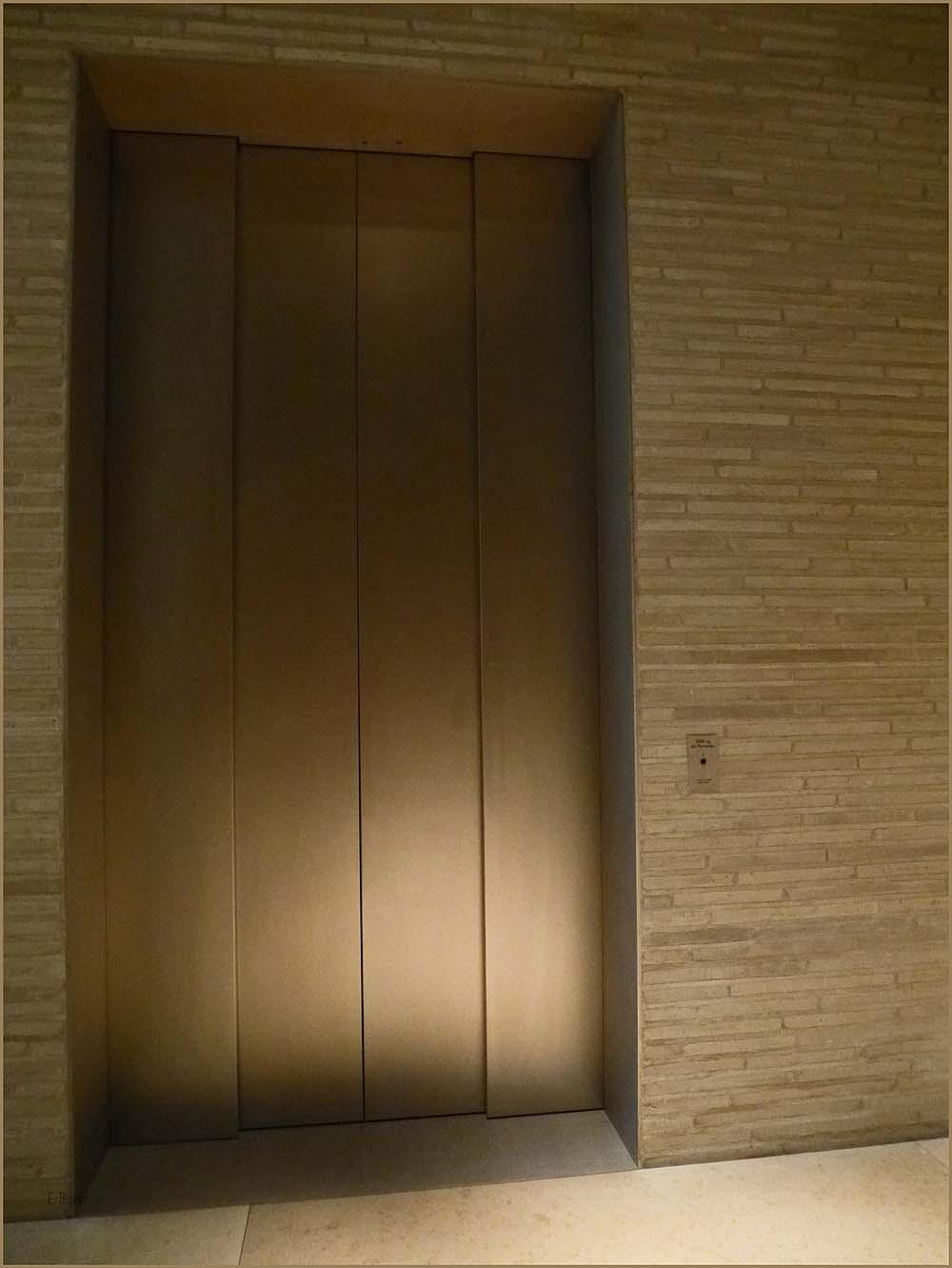 Und unten riesig hohe Aufzüge