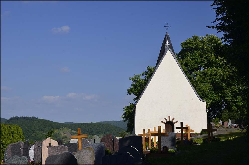Die später an dieser Stelle errichtete, dem hl. Petrus geweihte Kapelle war Pfarrkirche nicht nur in Neef, sondern auch für die ganze Umgebung. Im Jahr 1140 wurde sie dem Kloster Stuben zugeteilt, das einige Jahre zuvor am Fuß des Berges im Moseltal gegründet worden war. Zitat: www.bremm.info.de