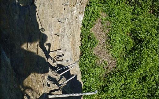 """Diese nur 5,1 km kurze """"Wander-Klettertour""""erhielt 2011 vom Deutschen Wanderinstitut ein Zertifikat und 86 Erlebnispunkte. Bei der Wandervariante können die sehr schwierigen Passagen über Pfade umgangen werden."""