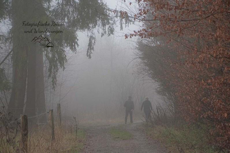Menschen im dichten Nebel