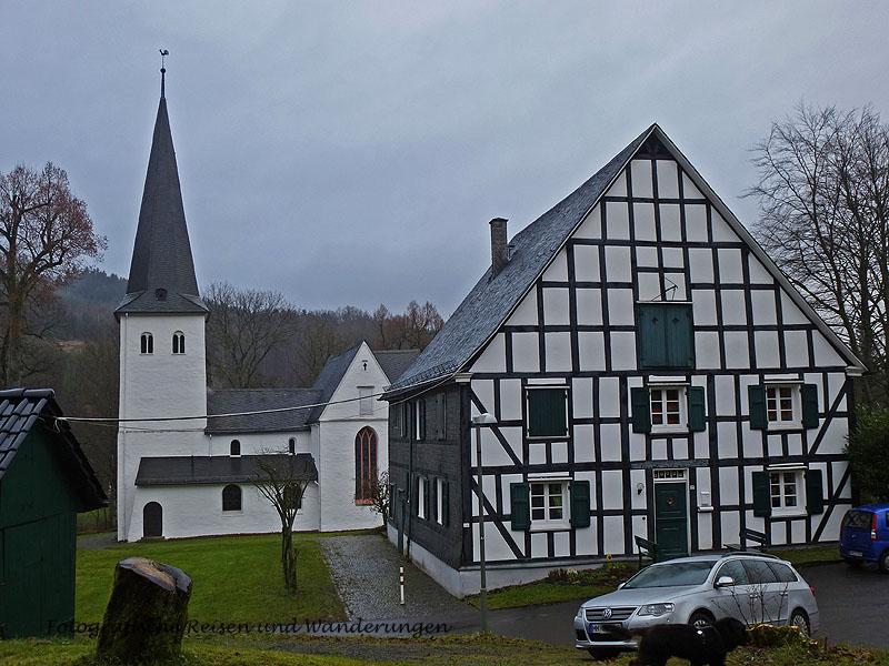 Die Kirche in Bergneustadt-Wiedenest gehört zu den Bonten Kerken im Oberbergischen, die sich durch ihre außergewöhnlichen Wand- und Gewölbemalereien auszeichnen.