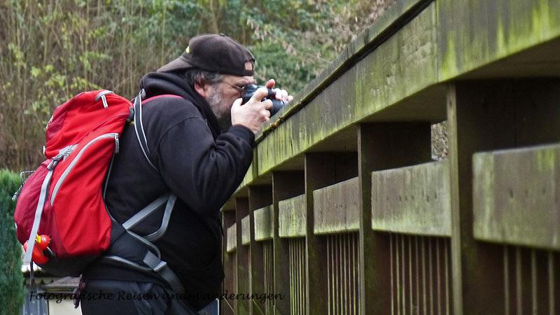 Foto aus gesicherter Perspektive auf einer Brücke