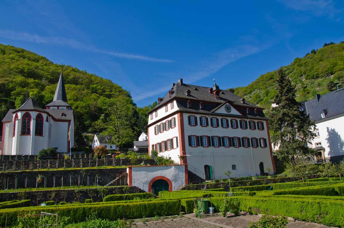 Kirche, Pfarrhaus und Propsteigarten in Hirzenach