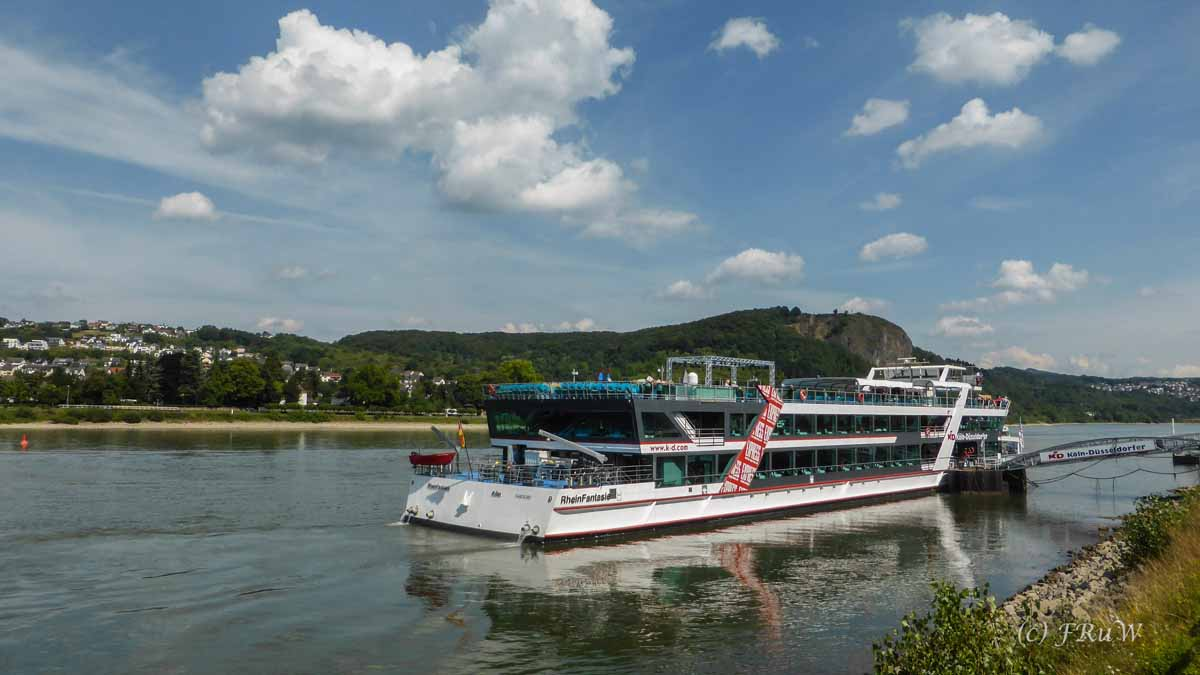 Schiffe auf dem Rhein bei Remagen