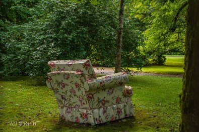 Ein Sessel im Außengelände des Schloss Crottorf