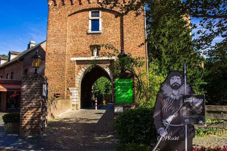 Zugang zur Burg Brüggen, die 1289 am Heiligen Abend erstmal urkundlich erwähnt wird.