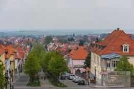 Die Straße hinunter zum Ort Ballenstedt