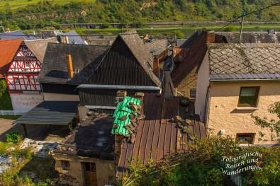 Schwere Steine halten die Dachabdeckung auf dem GEbäude