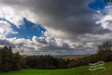 Wolken hängen tief über der Landschaft