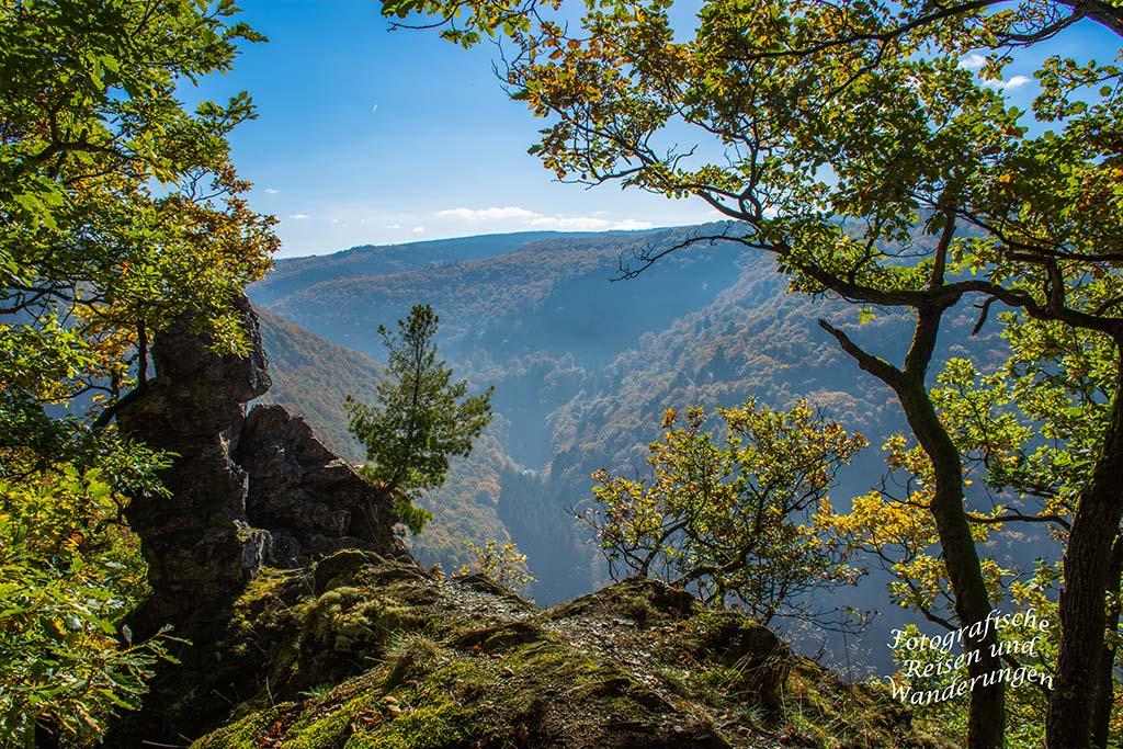 Felsige schmale Pfade auf dem Mosel-Seitensprung Graf Georg Johannes Weg und ein einsamer Fels