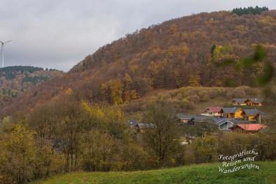 Auf dem Traumpfädchen Riedener Seeblick, Blick auf die Ferienhaussiedlung Waldsee Rieden