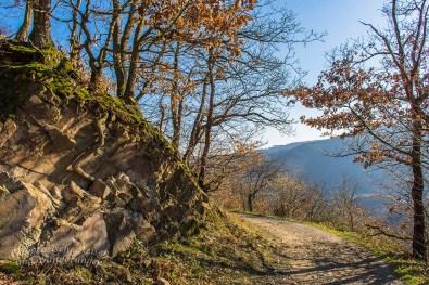 Herrliche Wege entlang der Felsen