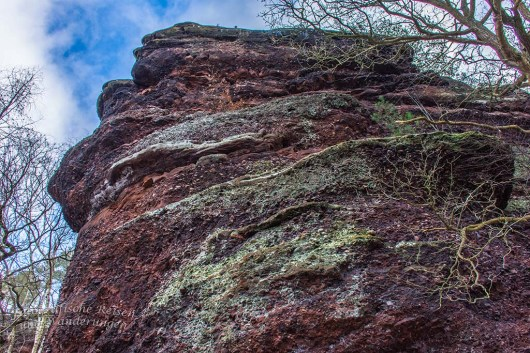 Hoch türmen sich die Felsschichten auf