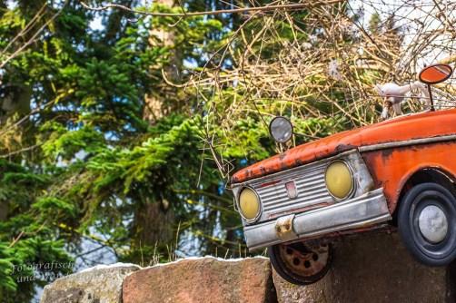 Altes Auto auf Mauer in Nideggen