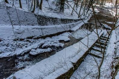 Wenn nicht gerade vereist, dann fließt Wasser des Eifgenbach hier ungehindert