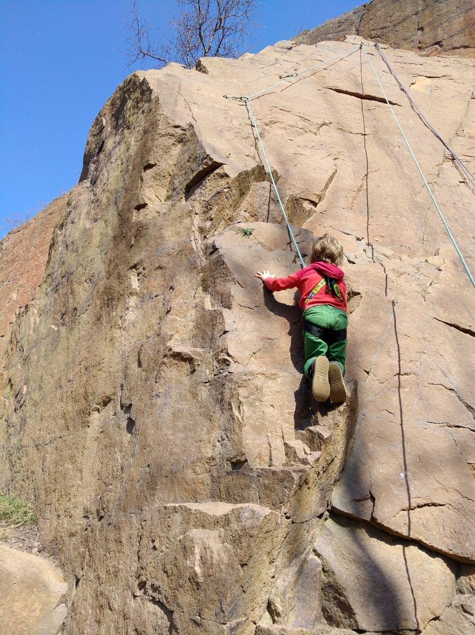 Enkel an Kletterwand - Leichte Klettersteige in Deutschland