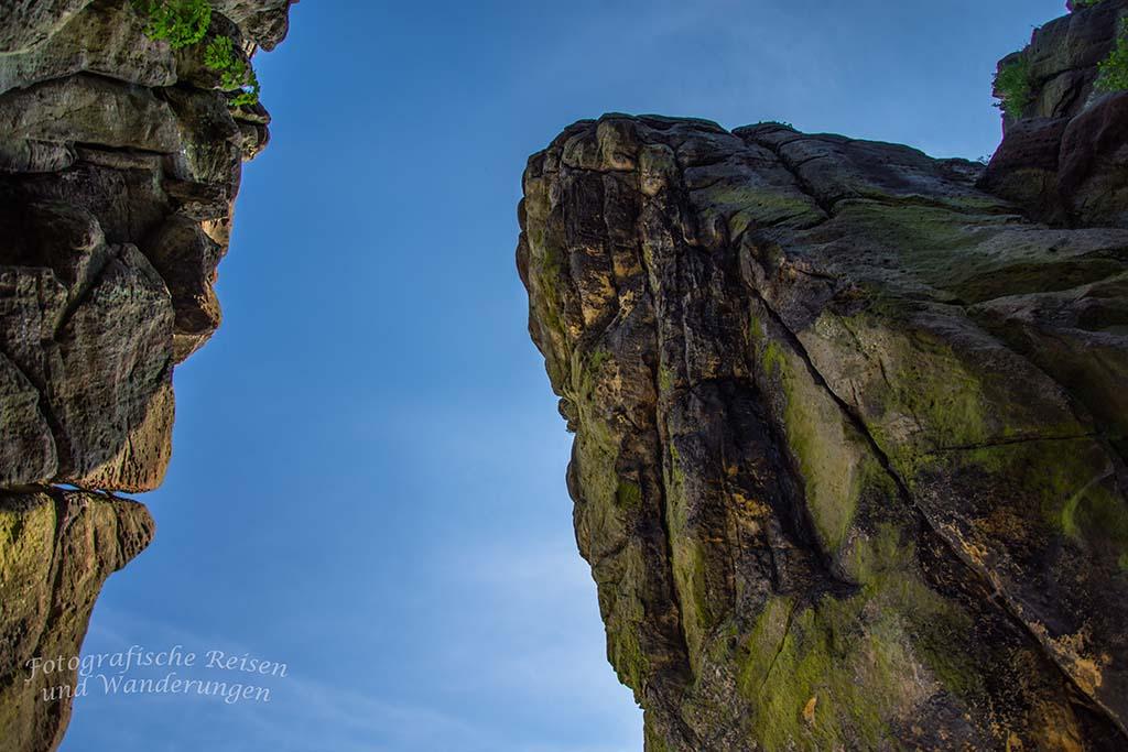 Der Blick hoch zu den Felsen der Externsteine