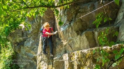 Als nächstes kletter Ute auf dem Klettersteig am Mittelrhein in Boppard