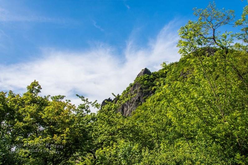 Ein Blick zurück auf imposante Felsen