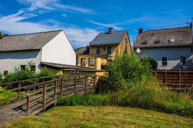 Eine kleine Holzbrücke führt mich über den Nitzbach zu einer kleinen Kapelle