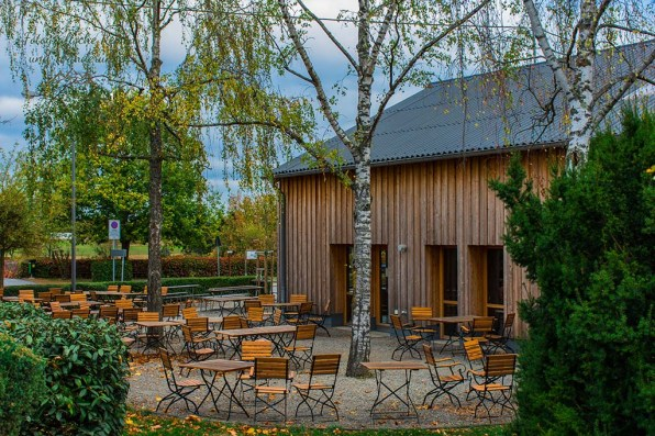 Der attraktiv aussehnde Biergarten am Besucherzentrum ist leer Rundweg um die Hängeseilbrücke Geierlay