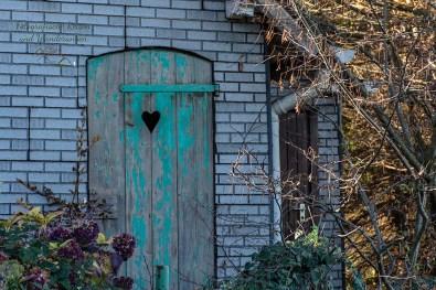 Alte Tür mit Herzchen