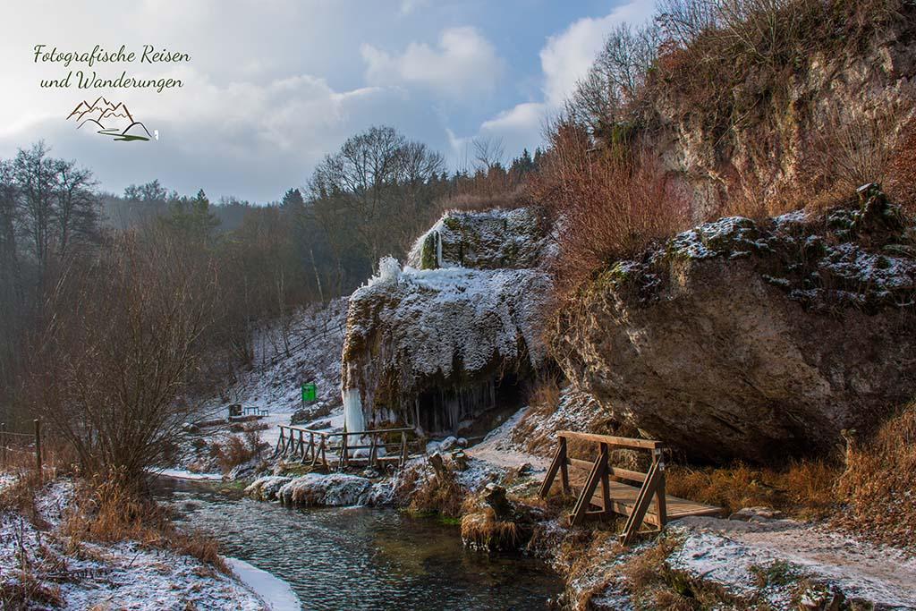 Blick auf den Dreimühlen Wasserfall im Winter