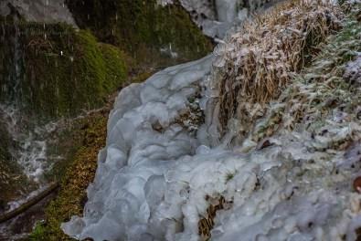 Dicke Schichten Eis am Fuße des Dreimühlen Wasserfall