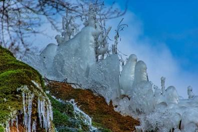 Bizarre Eisgebilde auf dem Dreimühlen Wasserfall