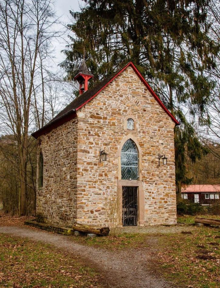Eine Kleine Kapelle am Wasserkraftwerk.