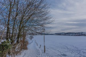Schneebedeckter Feldweg - Wandern um das Freilichtmuseum Lindlar